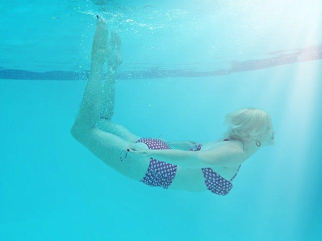 blondýna pod vodou